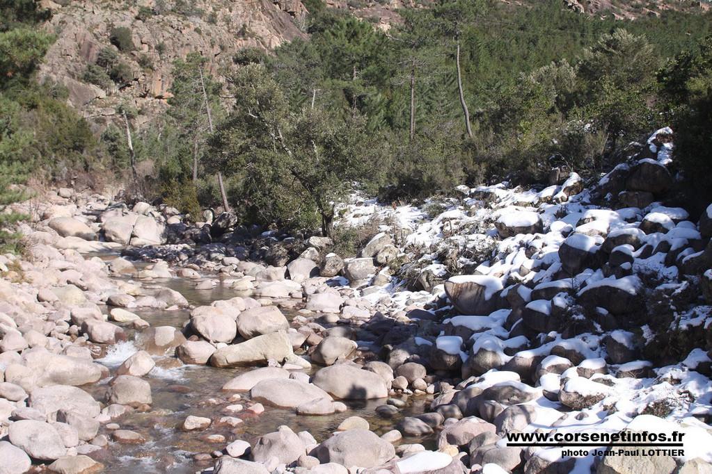 L'eau de la Figarella retenue en amont pour permettre la réalisation d'une prise