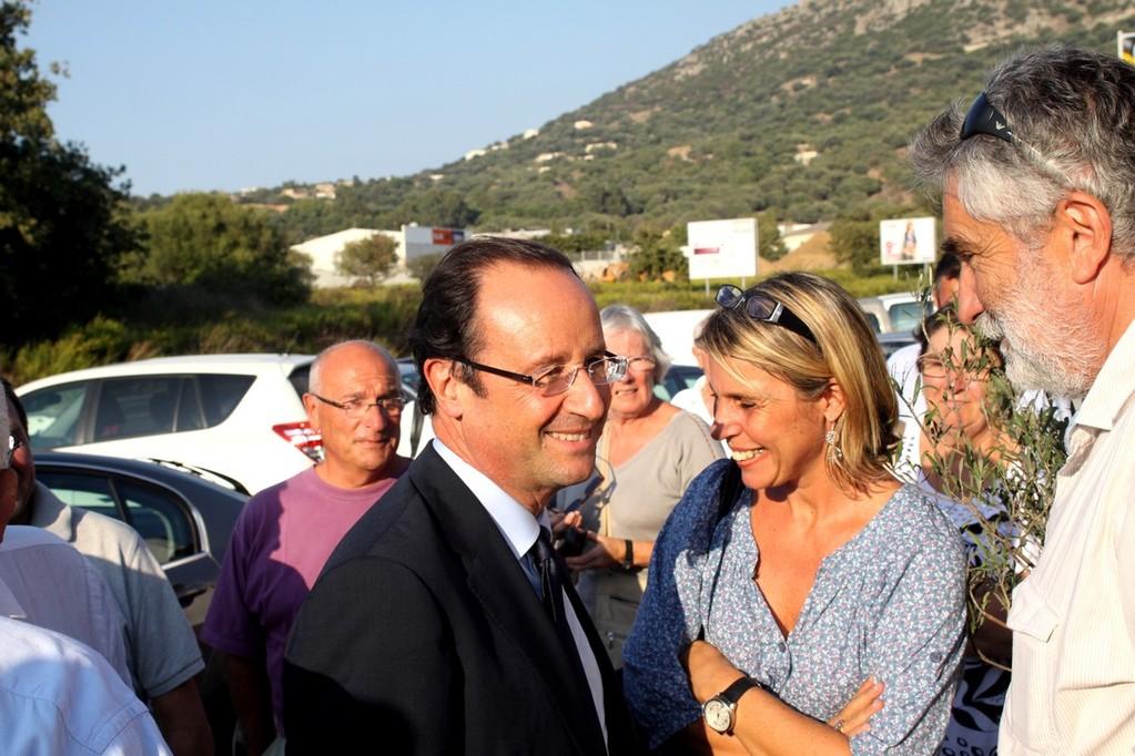 François Hollande salue Paul Lions, le maire de Corbara