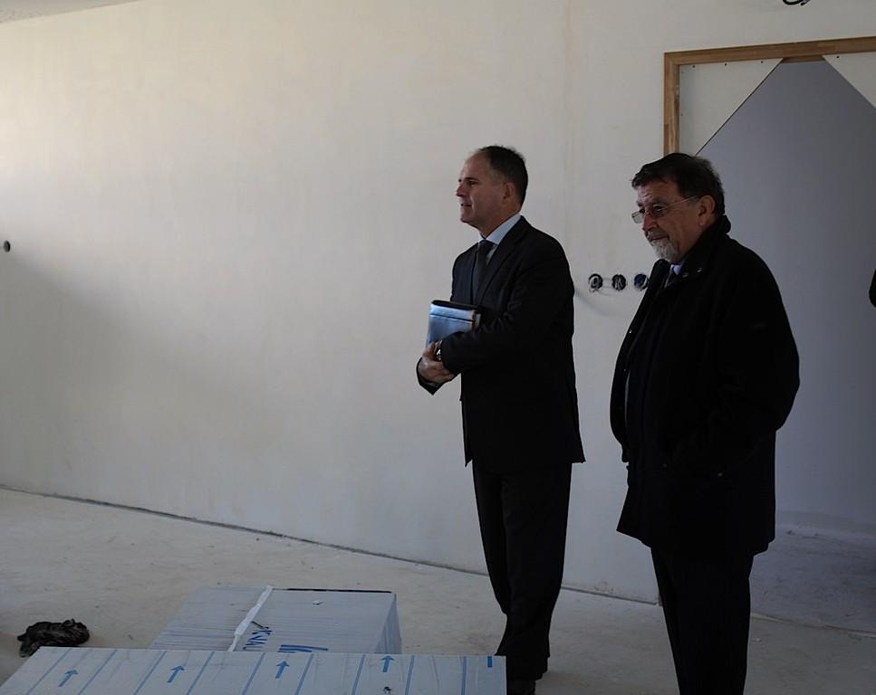 Louis Le France et Hyacinthe Mattei visitent uen future salle de classe
