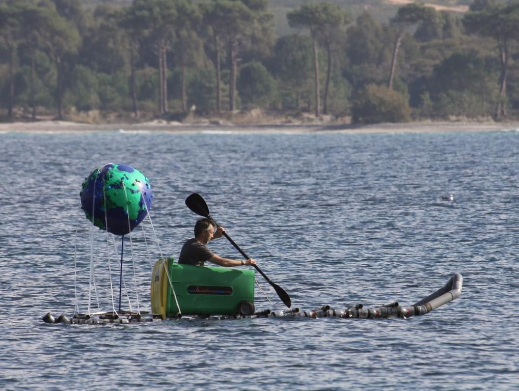Un kayak fait de poubelle, bouteilles, de tubes