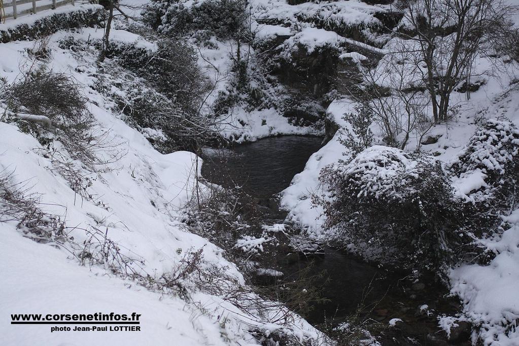 A la sortie de Zilia spectacle féerique de la neige et de la source