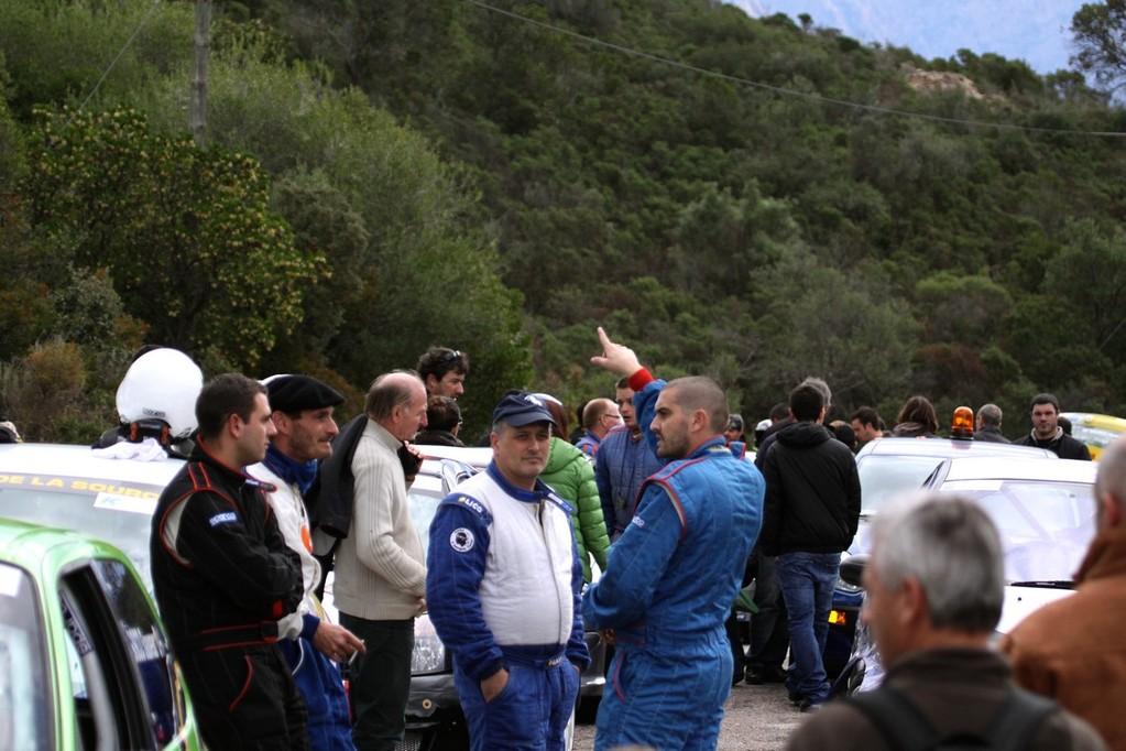 mmobilisés à l'entrée de la spéciale, les pilotes attendent avec angoisse des nouvelles de l'accident