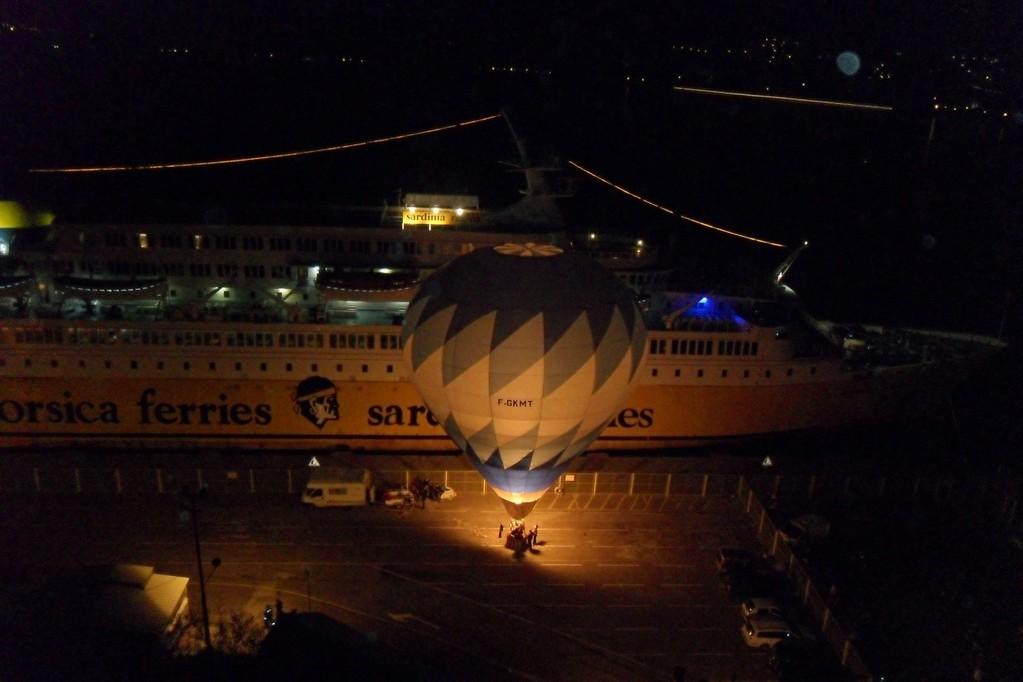Le ferry accueilli par une montgolfière
