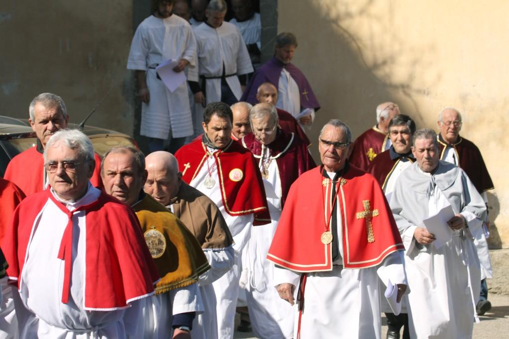 Les confrères regagnent l'église