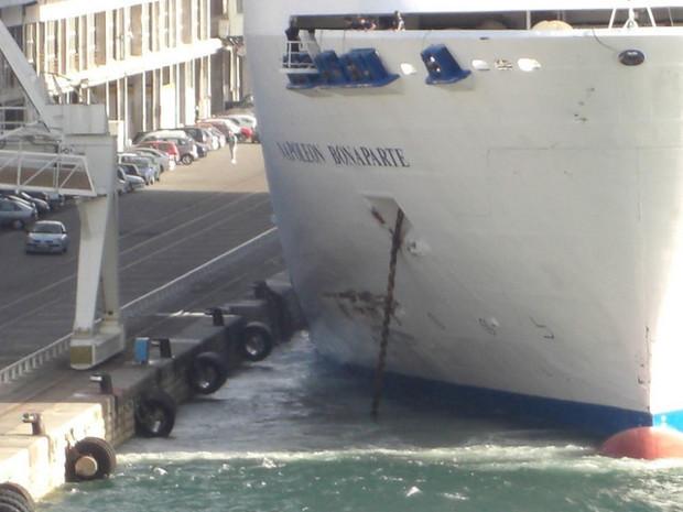 L'impact avait occasionné une déchirure de plus de 4 mètres dans la coque au dessus de la ligne de flottaison. (Photo DR)