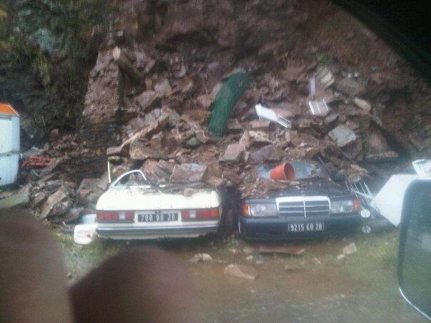 Deux voitures prises sous un éboulment dans le défilé du Lancone
