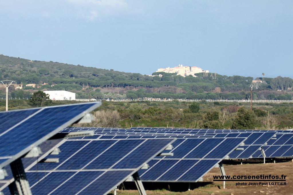 Les panneaux solaires avec en toile de fond la citadelle de Calvi