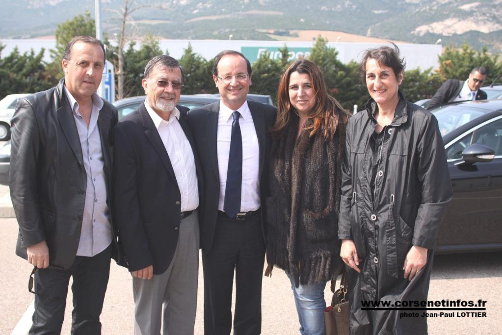 François Hollande à l'aéroport de Calvi avec Hyacinthe Mattei et des élus île-roussien