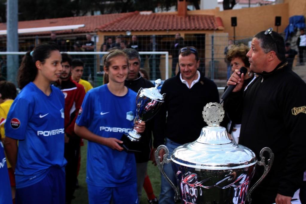 Le trophée remis à la sélection corse féminine