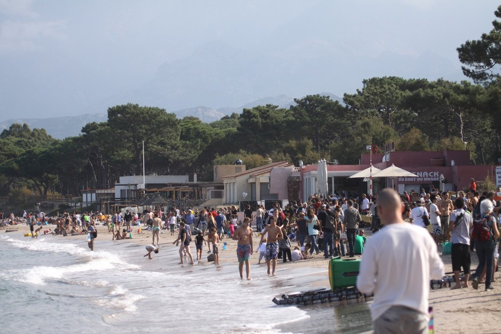 La plage a été envahie par les festivaliers mais aussi par de nombreux vacanciers