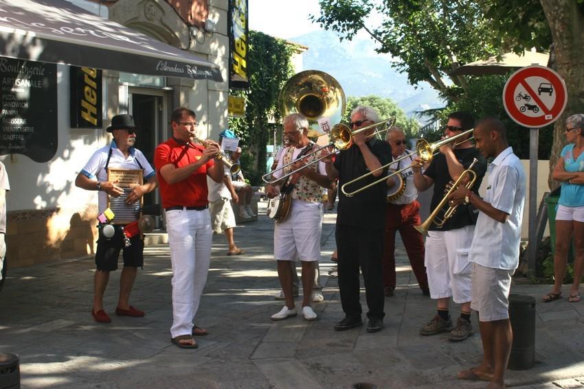 Le Cosmopolit's Jazz Band dans les rues de Calvi