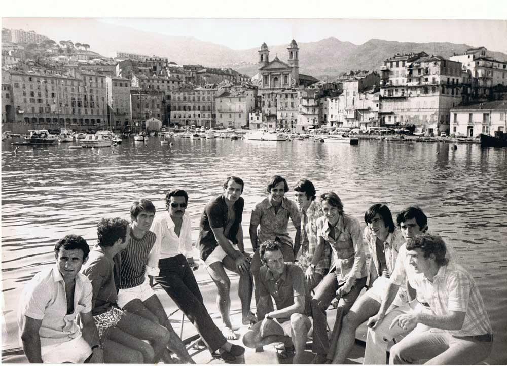 Jules Filippi (4e à partir de la gauche) entre Georges Calmette et Ilija Pantelic. On reonnait sur cette photo Jean-Louis Luccini, Jean-Pierre Dogliani, Fanfan Felix, José Grazinai, Georges Franceschetti et accroupis Jean Vincent.