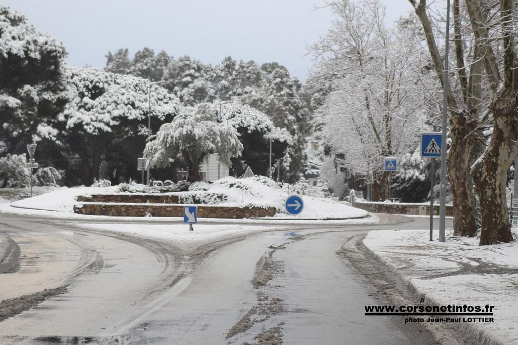 Le carrefour à l'entrée de la ville
