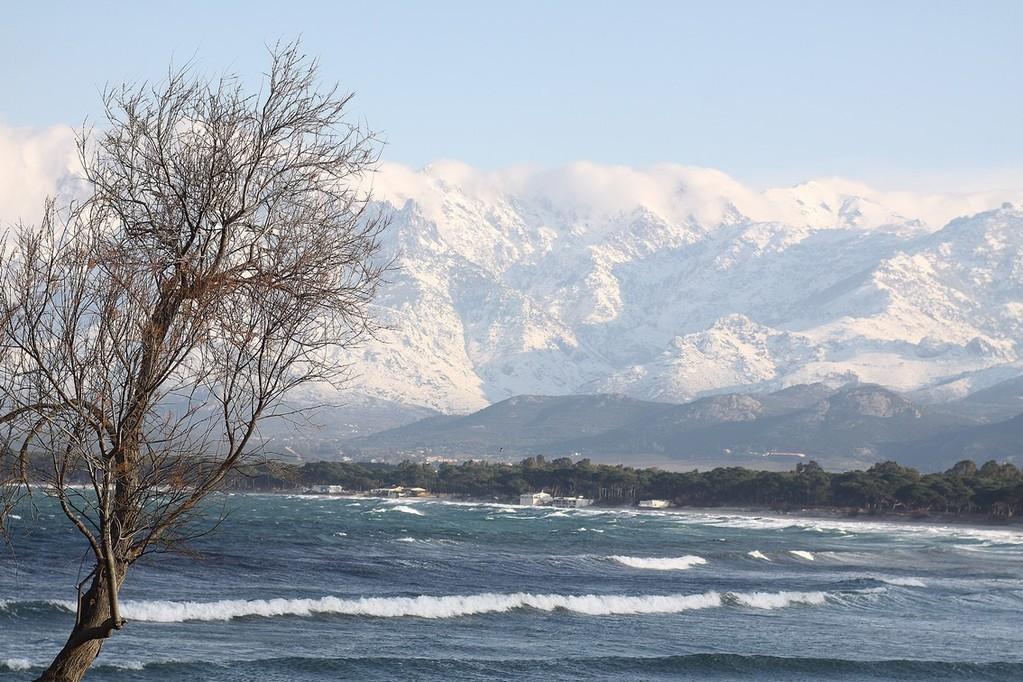 Calvi, la mer et la montagne enneigée