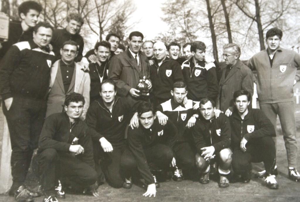Pierre Sinibaldi debout au centre sur notre photo aux côtés de Victor Serafini en mai 1964 à Bruxelles : l'entraîneur d'Anderletch était venu en voisin encourager le Rugby club Bastiais