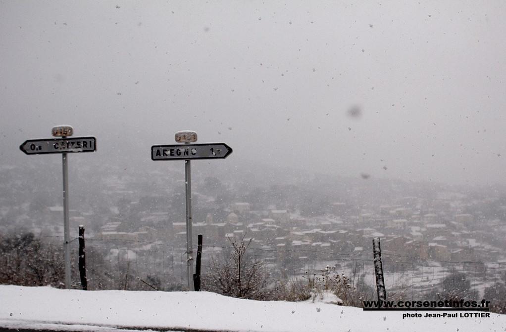 Le village de Cateri en pleine tempête de neige