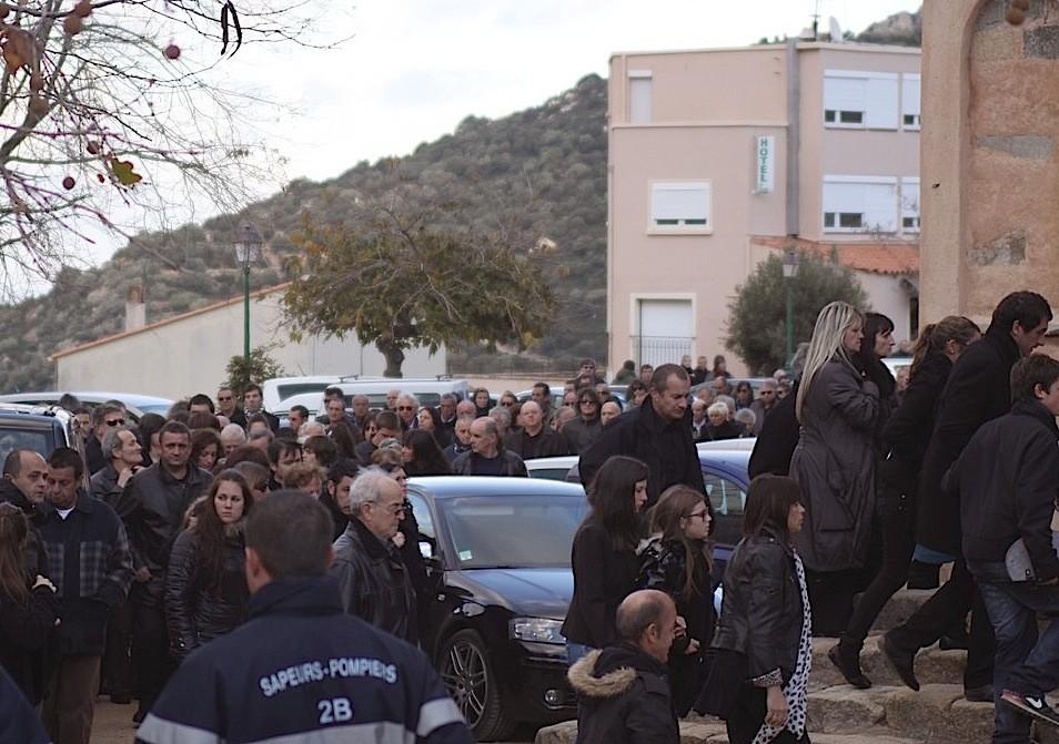 La foule se presse sur le pârvis de l'église