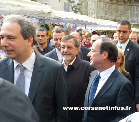 Foule rue Jean Nicoli aux côtés de Jean Zuccarelli et Hyacinthe Mattei