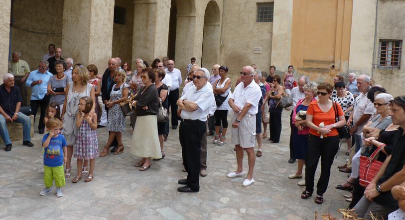 Parents, amis, conseil d'administration réunis devant le musée