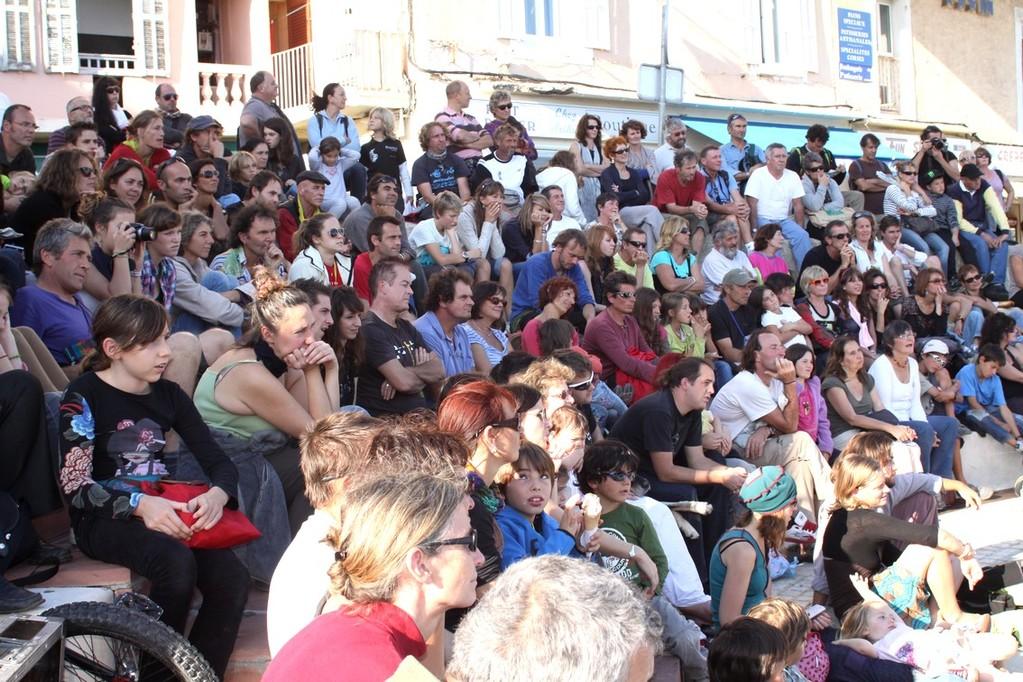 La foule à l'amphithéâtre