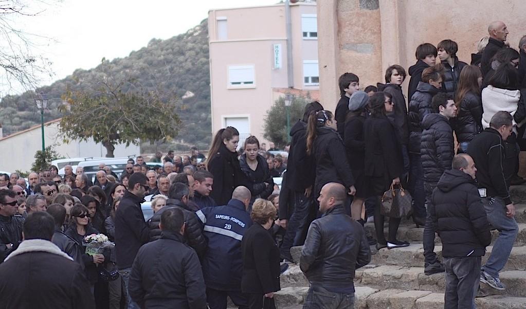 Soutenu par les pompiers, Laurent Abat a tenu à assister aux obsèques d'André