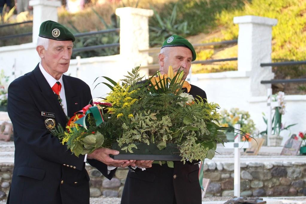 Le général (er) Soubirou et l'adjudant (er) Egon Heer déposent une gerbe