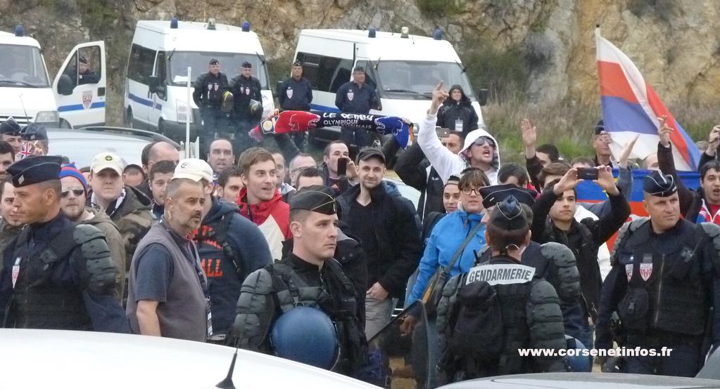 """Face à face """"encadré"""" entre supporters  lyonnais"""