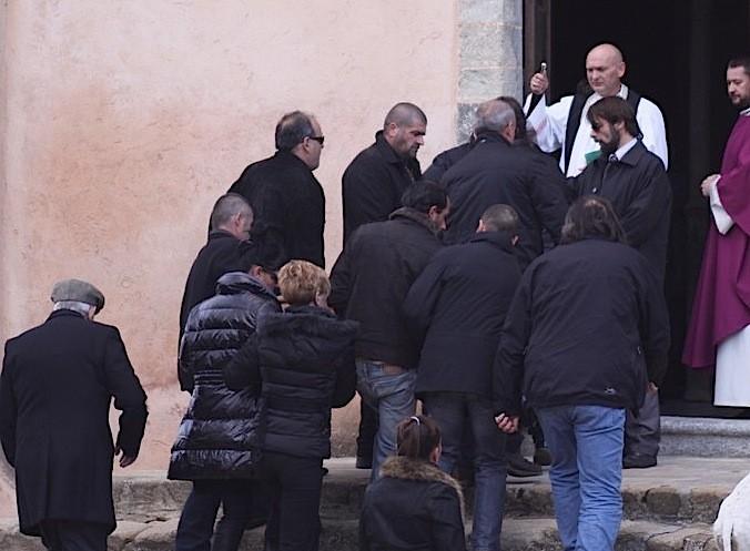 Porté par des proches, le cercueil béni à son arrivée à l'église