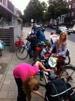 Ankunft in Düsseldorf; Gepäck abladen, Räder parken.