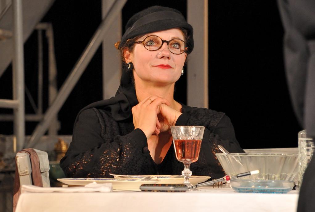 """La mère dans """"La noce chez les petits bourgeois"""" de B.Brecht"""