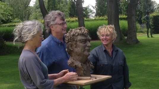 Portret quatre mains van Yvo van Marle, eigenaar beeldentuin Gees