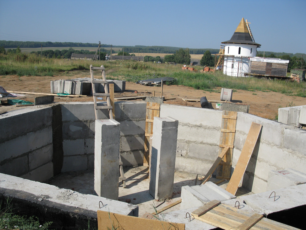 Фундамент восьмигранной башни. Лето 2010 года.