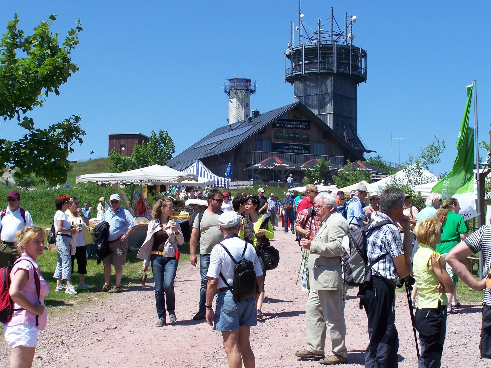 Neue Gehlberger Hütte, im Hintergrund der Aussichtsturm auf dem Schneekopf