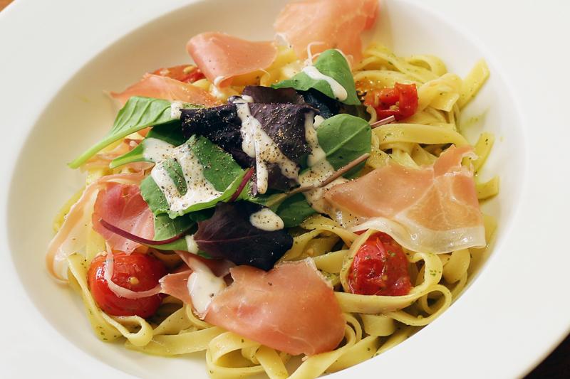 イタリア産生ハムとベビーリーフ、プチトマトのジェノベーゼ フェットチーネ