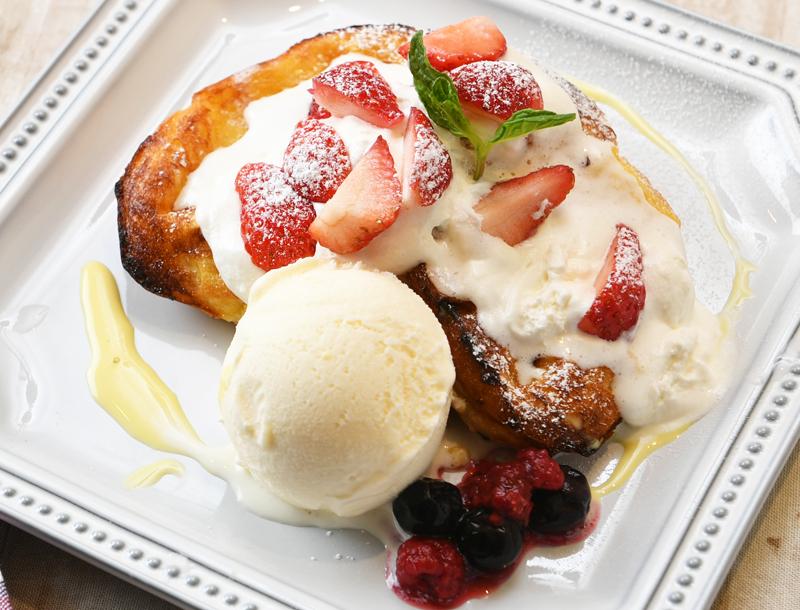 たっぷり苺とベリーの自家製フレンチトースト