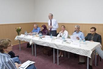 Der Kriminologe Christian Pfeiffer war am 29.06.2010 von der SCHURA eingeladen. Das Ergebnis seiner bundesweiten Studie ließ sich zugespitzt so zusammenfassen: Je muslimischer, desto größer die Probleme.