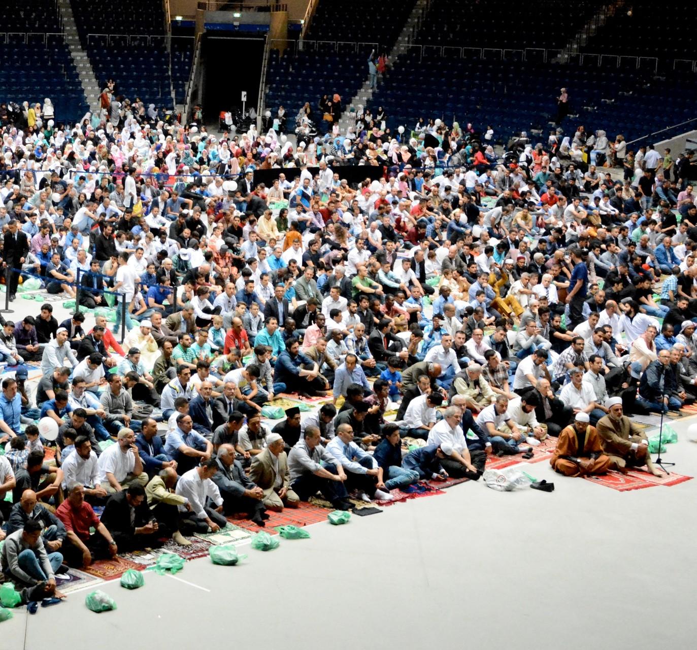 Der Deutschsprachrige Muslimekreis Braunschweig, ein SCHURA-Mitglied, hat am zum Ende des Ramadans am Morgen des 17.07.2015 ein Festgebet in der VW-Halle organisiert. Über 2000 Muslime beteten gemeinsam anläßlich des Fastenbrechen-Festes.