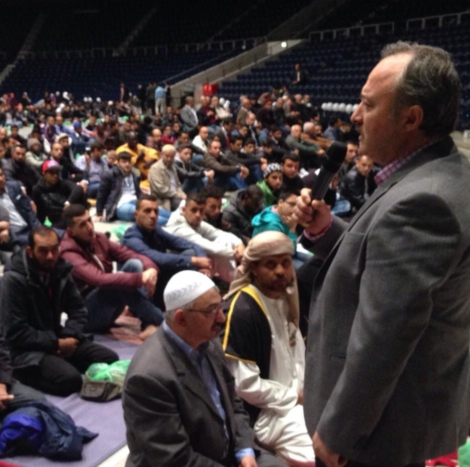 Zum Opferfest am 24.09.2015 sprach der SCHURA-Vorsitzende Altiner beim Festgebet in der Braunschweiger VW-Halle zu den 1500 Muslimen. Darunter waren auch 100 Flüchtlinge, die kostenlos abgeholt worden waren.