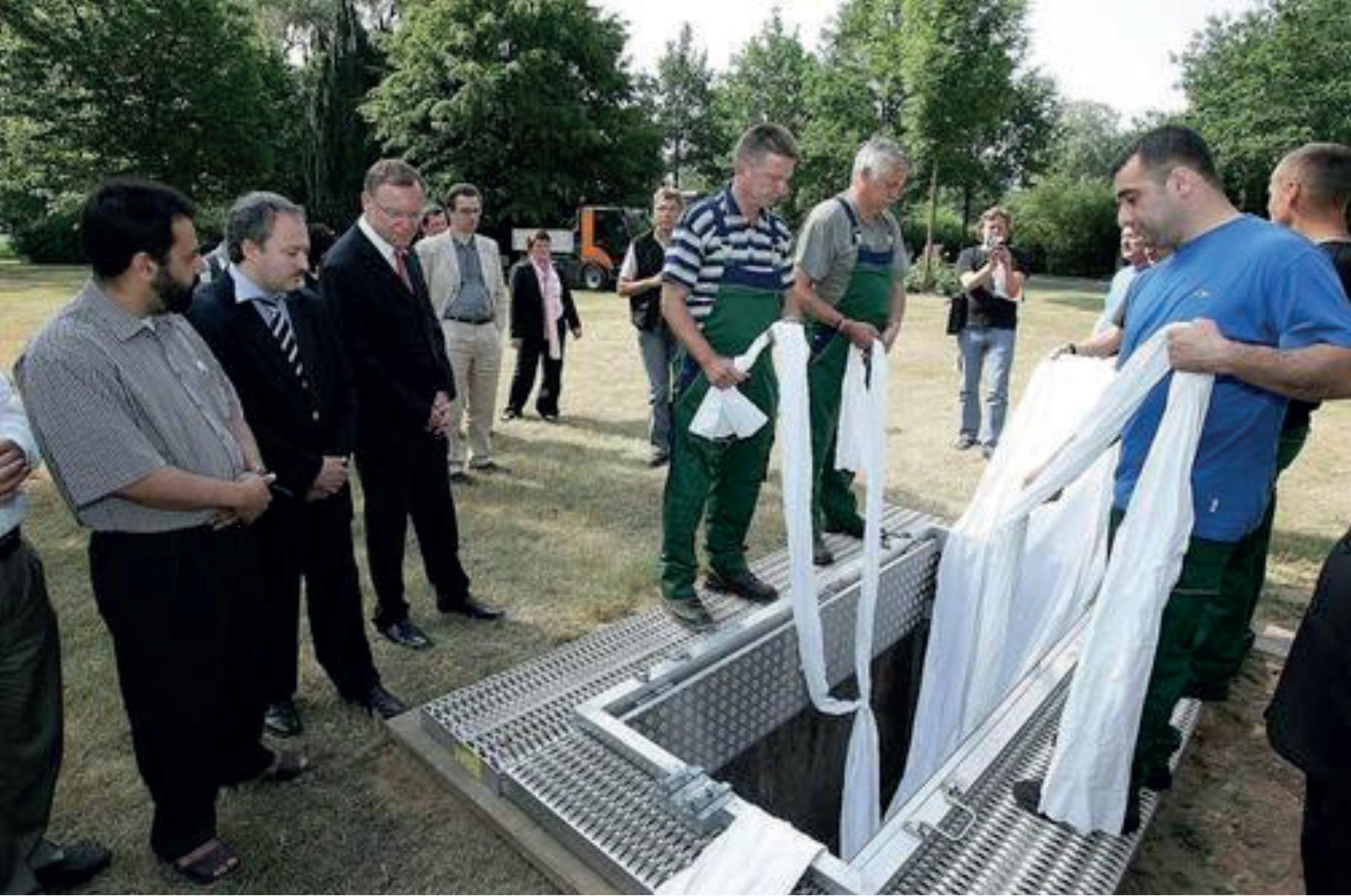 Dem Oberbürgermeister Weil wird eine muslimsiche Bestattung erläutert