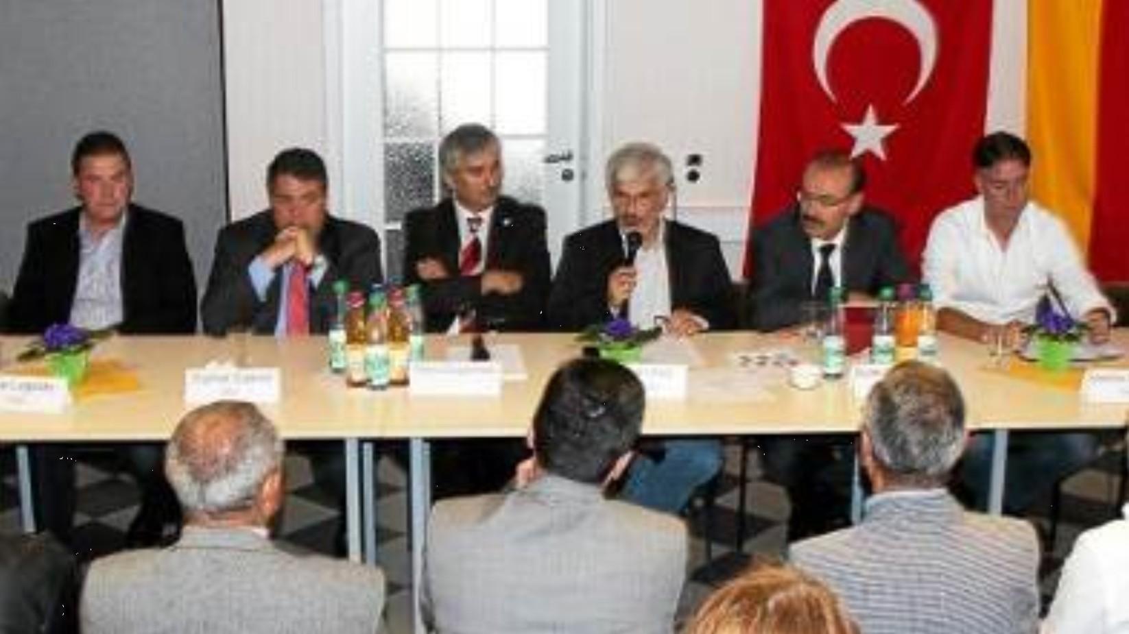 Firouz Vladi als Moderator bei einer Veranstaltung in Salzgitter mit Sigmar Gabriel