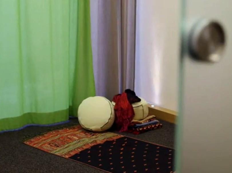 Raum der Still in der Universität Hannover eröffnet (Januar 2013) - Möglichkeit für Muslime für das Gebet