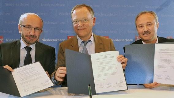 Absichtserklärung zur Aushandlung eines Staatsvertrages Ministerpräsident Weil SCHURA-Vorsitzender Altiner und DITIB-Vorsitzender Yilmaz Kilic (30.09.2013)