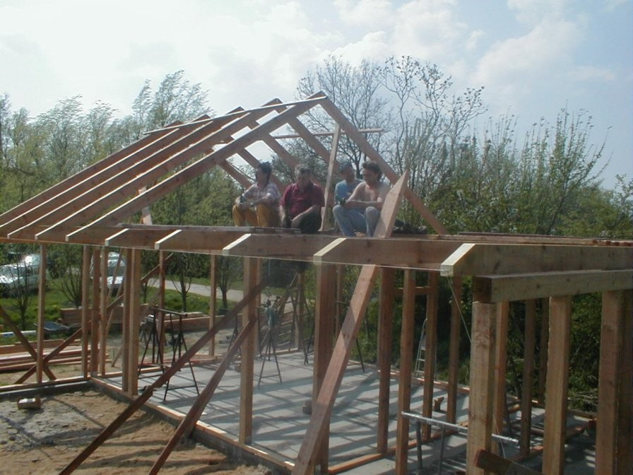 Mittags ist bereits das halbe Dach geschafft.