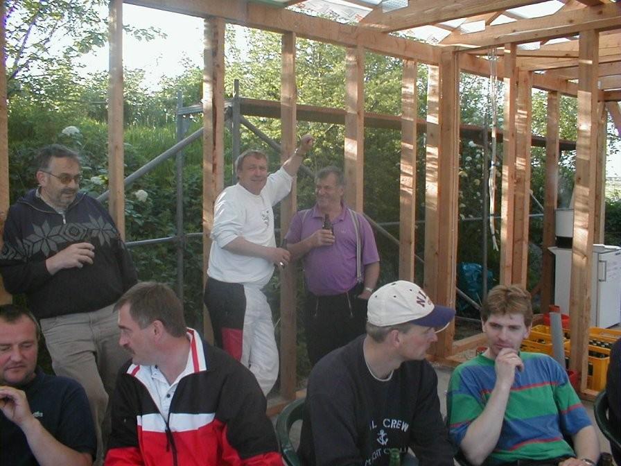 Hinten in der Mitte stehend erkennt man Detlef und Hermann  ---  zwei Säulen unserer Eigenleistung!!!