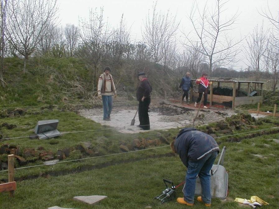 Die Reste der alten Terrasse werden aufgenommen. Bereits Ende März hatte Detlef Cornils die Baustelle abgesteckt.