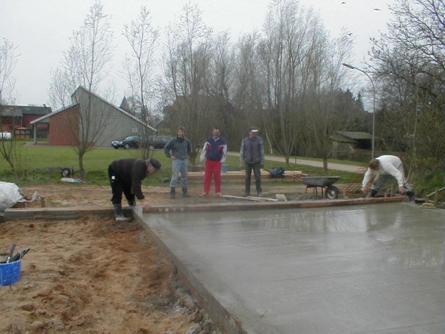 Unter den kritischen Blicken von Jürgen, Rainer und Günter ziehen Detlef und Hermann die Bodenplatte ab.