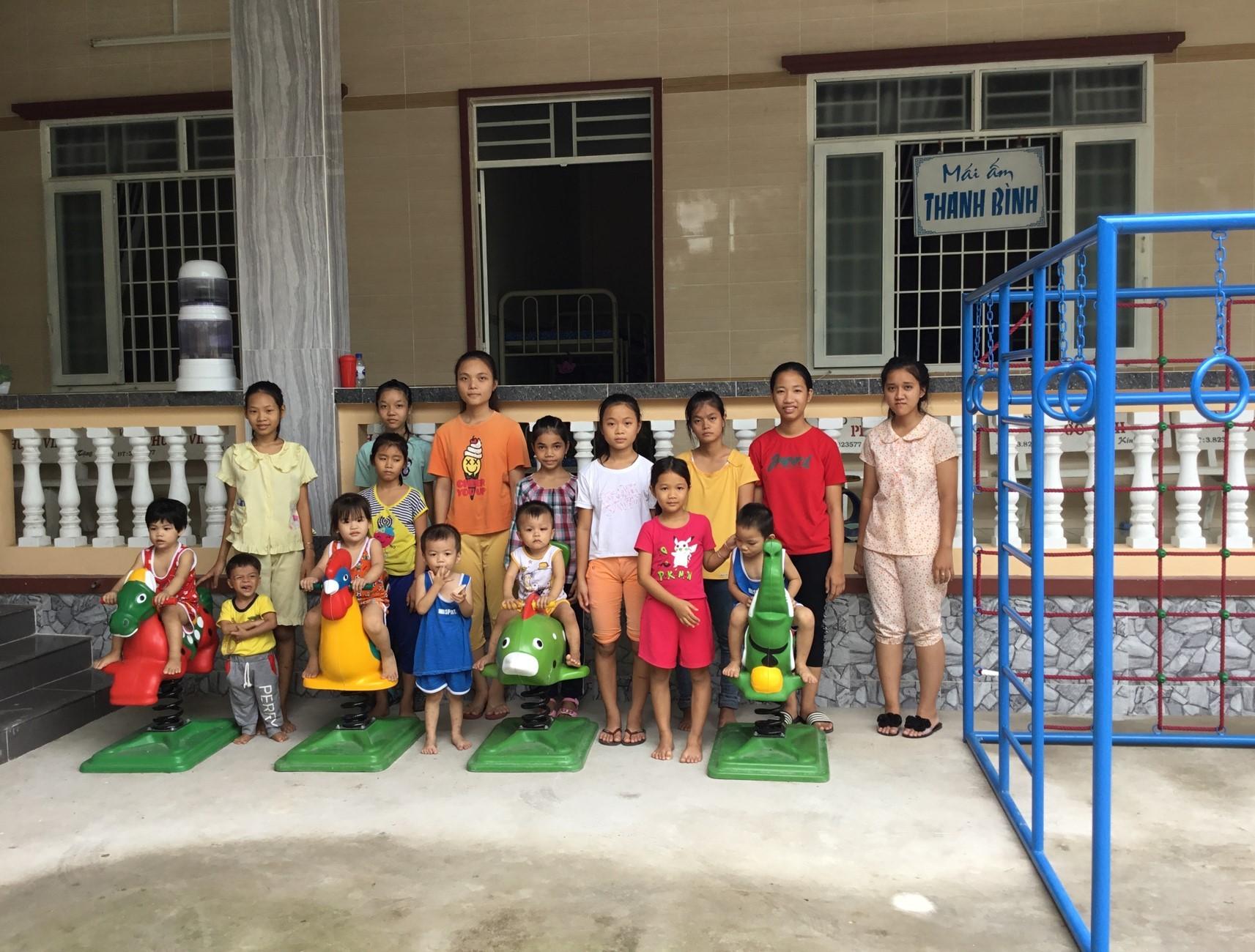 Vietnam. Orphelinat de Chok Lak  dans le Delta du Mekong. Financement de jeux et mobilier