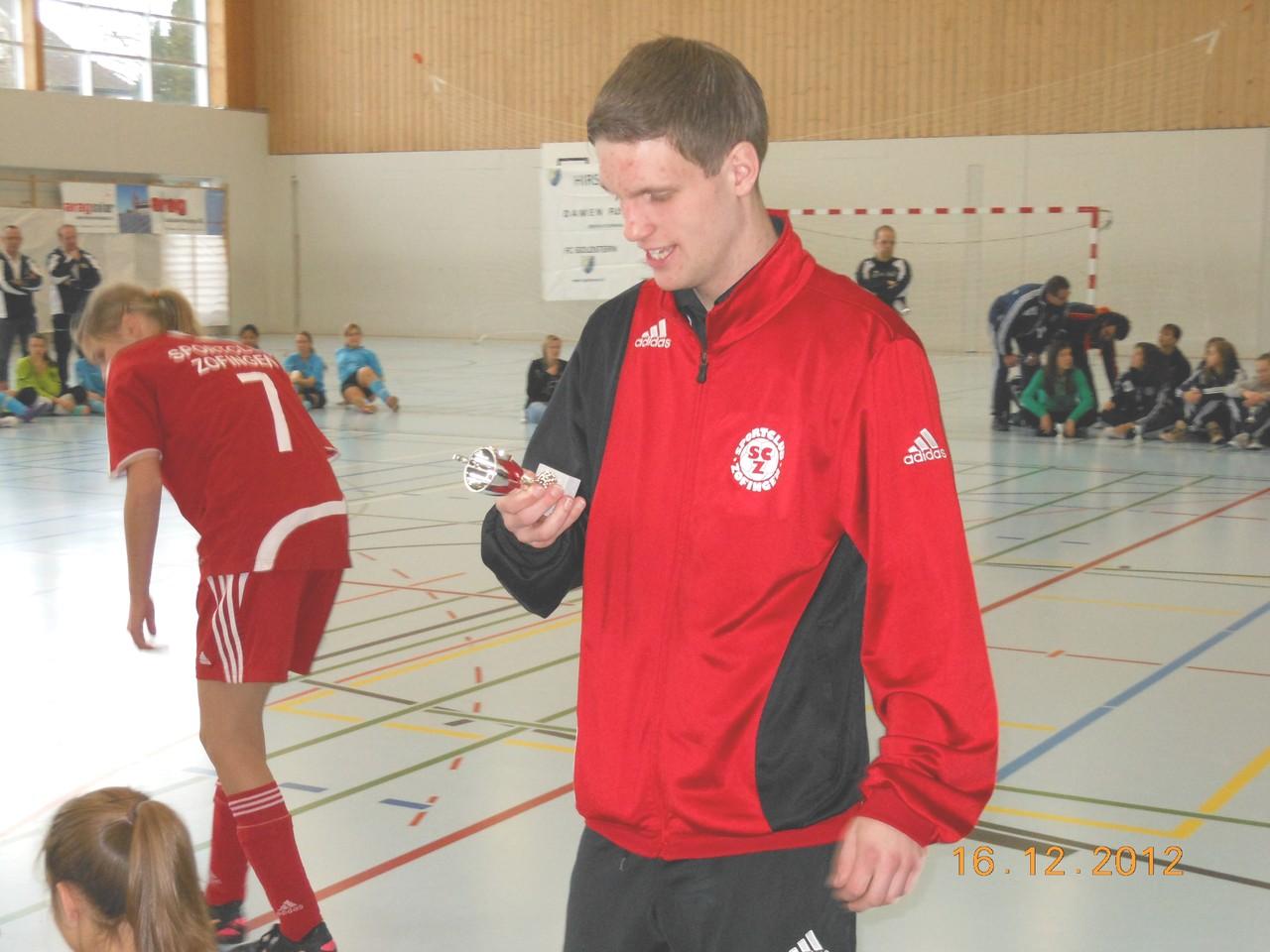 Trainer Fabian mit dem kleinen Pokal
