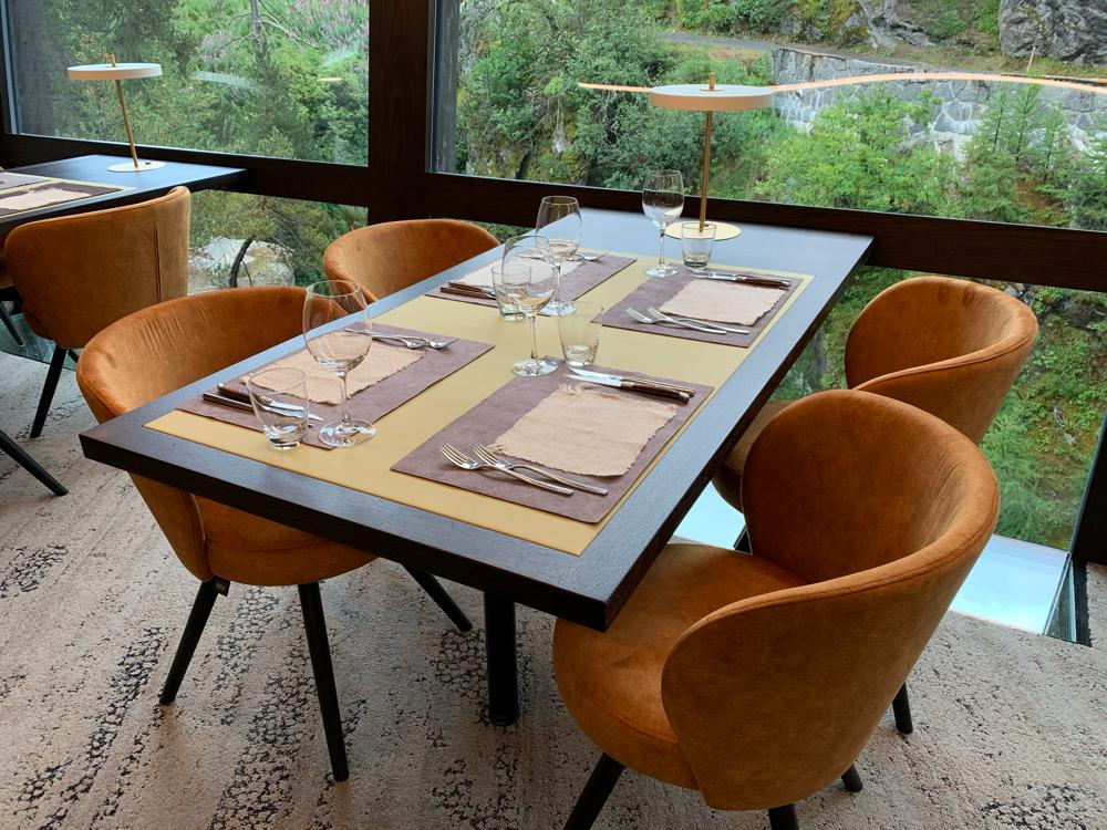 Tischplatte aus Leder, Tischset aus Stoff