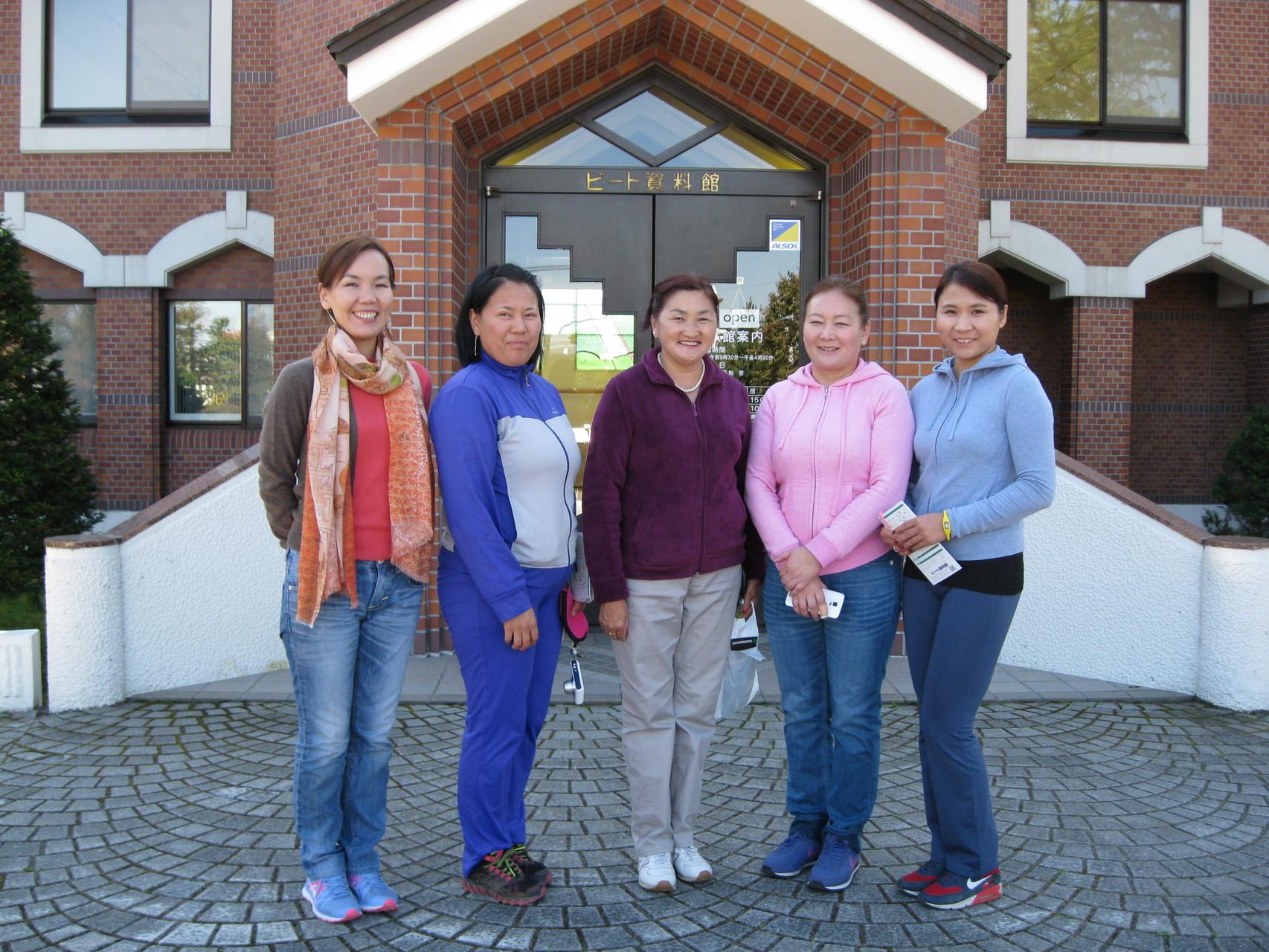滝川市国際交流協会通訳の方とモンゴルからの研修員の皆さん